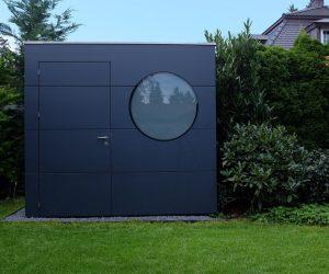 Modernes Gartenhaus mit runder Scheibe, satiniert