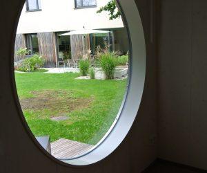 Wohnraum mit rundem Fenster